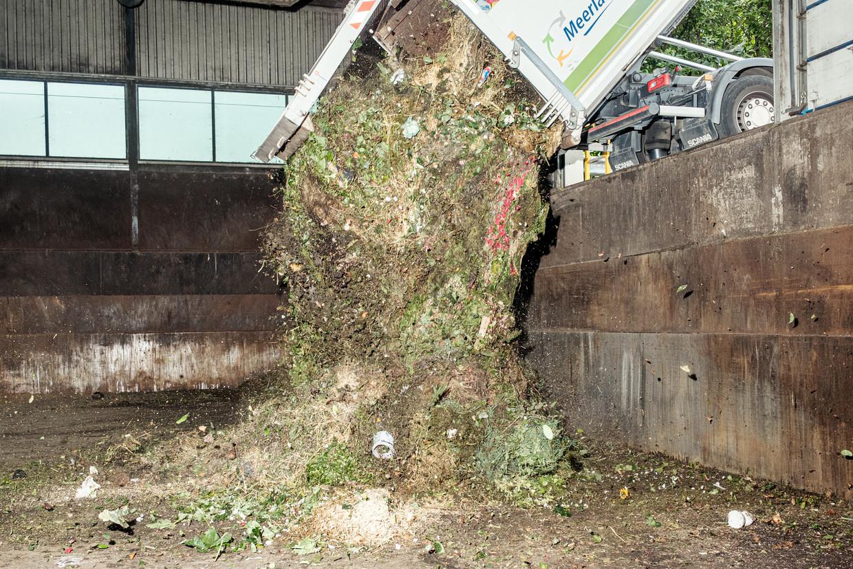 De gemeente Amsterdam stopte  rond de eeuwwisseling met het ophalen van gft-afval, maar durft het nu – dankzij een nieuw systeem – weer aan. Beeld Jakob van Vliet