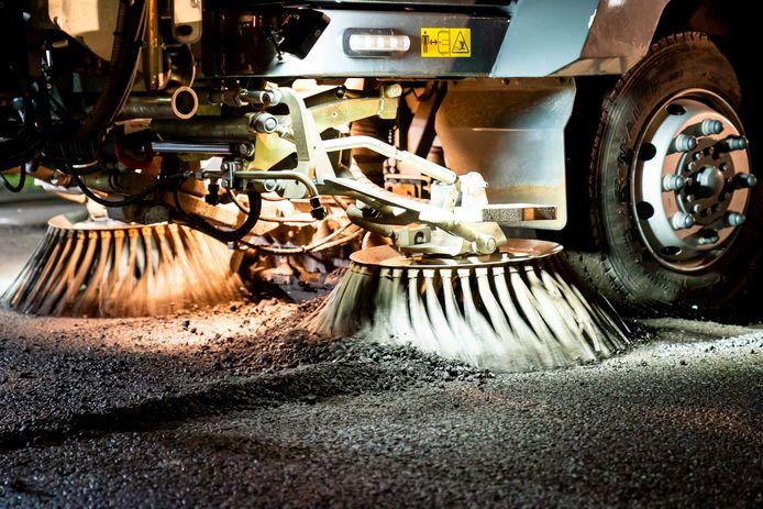 Wegwerkers zijn bezig grote delen te vervangen met nieuws asfalt.