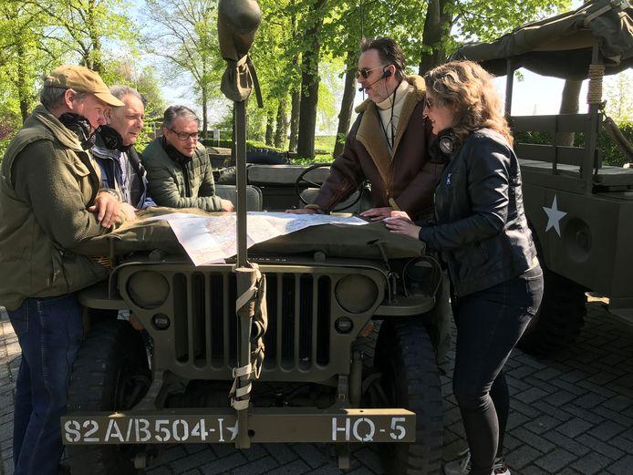 Marcel Meijer (rechts) vertelt over Bodegraven in oorlogstijd.