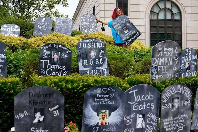 Mensen zetten kartonnen grafzerken op met namen van slachtoffers van de opiatencrisis aan de rechtbank in New York waar het bankroet van Purdue wordt afgehandeld. Foto van begin augustus.