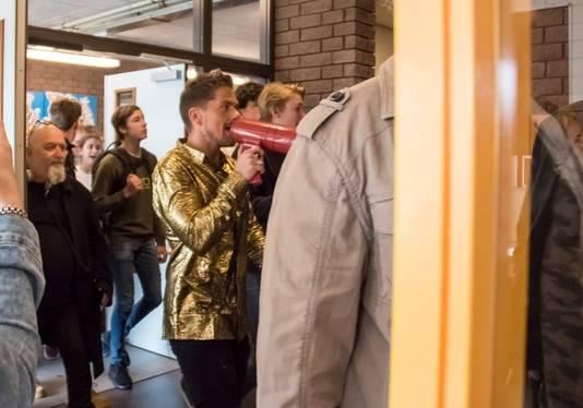 Met veel herrie en sirenes haalde André Hazes hoogstpersoonlijk de leerlingen van het Veenlanden College uit de les.
