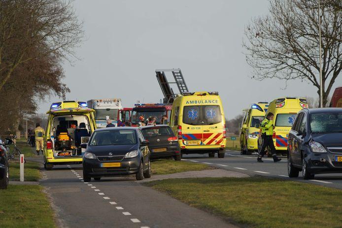 Hulpdiensten op de Europaweg, waar twee jonge meisjes om het leven zijn gekomen door een aanrijding met een auto.