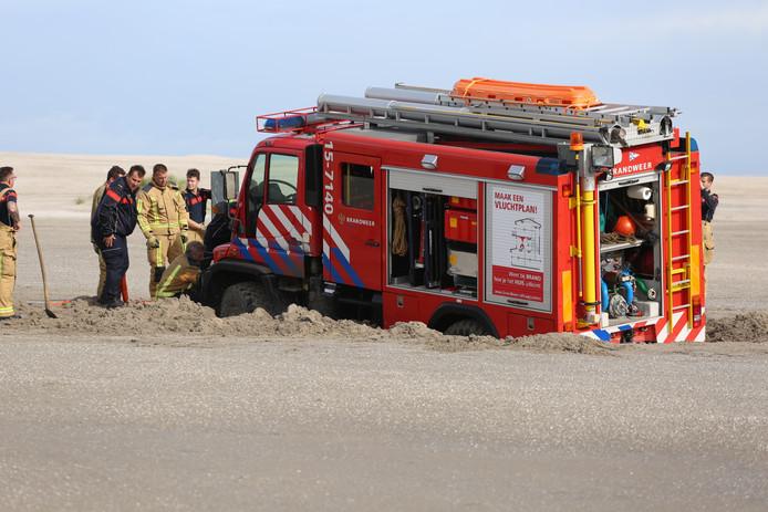 Meerdere brandweermannen waren nodig om de wagen weer recht te krijgen.