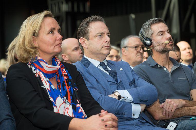 Liesbeth Homans en Bart De Wever van N-VA en de voormalige milieuactivist Michael Shellenberger. Beeld BELGA
