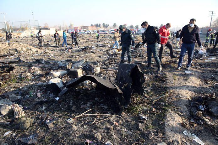Reddingswerkers tussen de wrakstukken van het toestel van Ukraine International Airlines dat door Iran per ongeluk werd neergeschoten