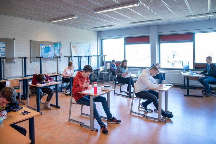 Leerlingen op afstand van elkaar, zoals hier bij Het Streek. Vanaf maandag hoeven de leerlingen geen anderhalve meter afstand meer te houden van elkaar in het klaslokaal.