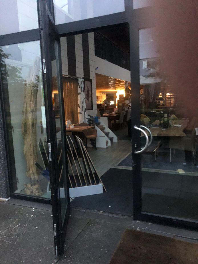Inbrekers braken de voordeur open om bij Van Spaendonck Interieurs in Moergestel binnen te komen.