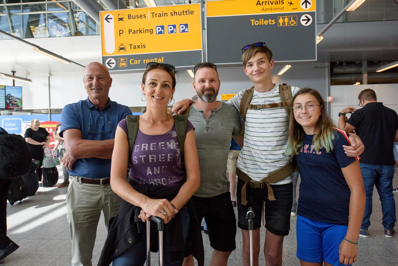 EINDHOVEN - TUI reizigers die terugkomen op Eindhoven Airport na gestrand te zijn in Montnegro