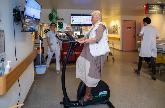 Lia van den Dolder op de hometrainer op de afdeling cardiologie en longziekten van Ziekenhuis Gelderse Vallei.