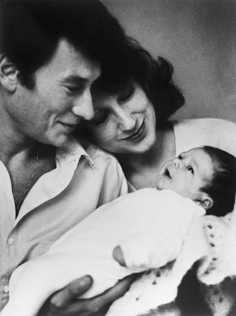 Johnny Hallyday met actrice Nathalie Baye en hun pasgeboren dochter Laura. Beeld AFP