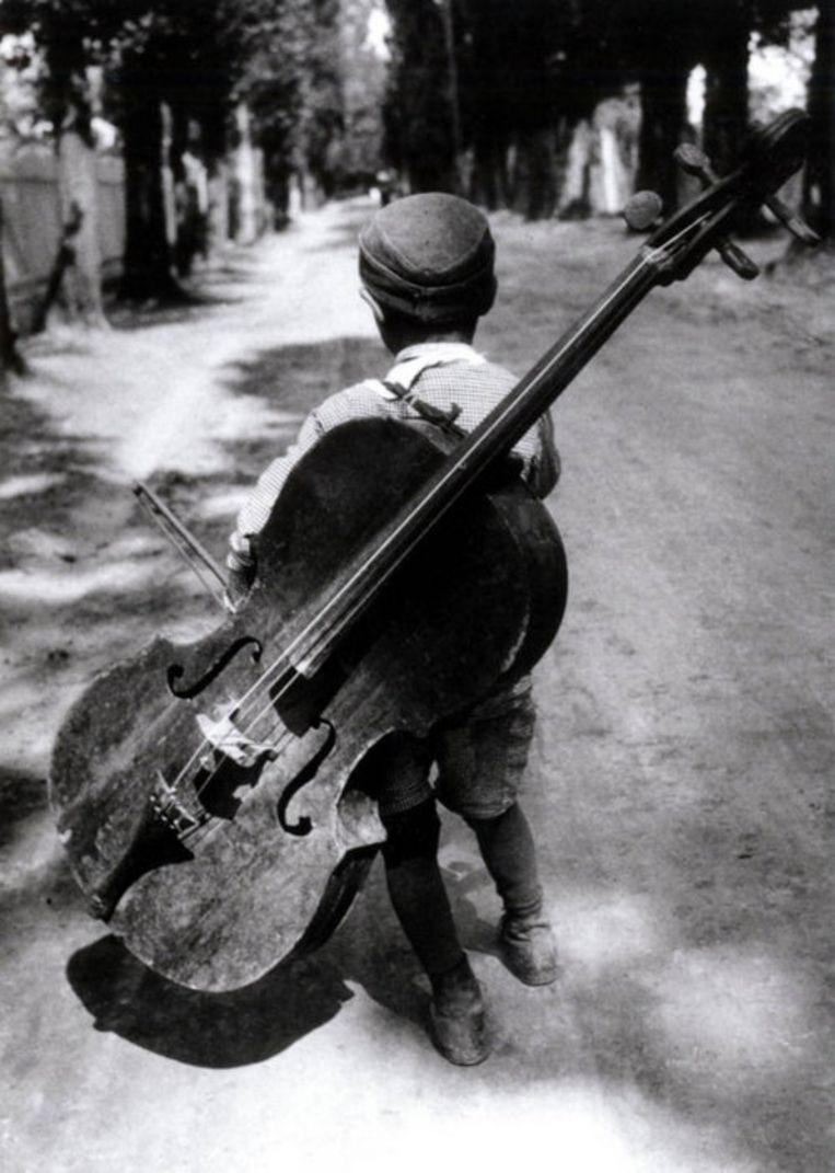 Zigeunerjongen met cello (1931) Foto: Eva Besnyö/Maria Austria Instituut Beeld