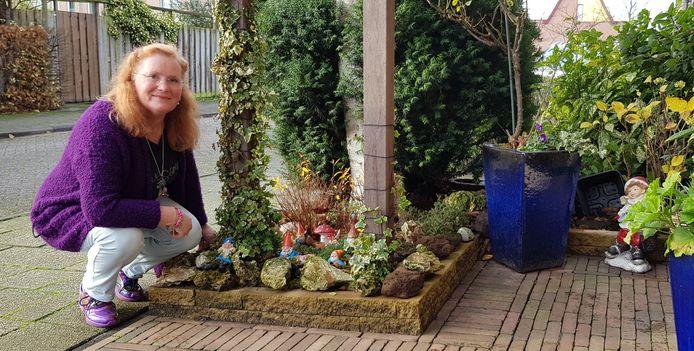 Martine Vroone en haar tuinkabouters.
