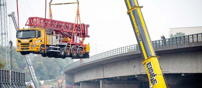 De 32.000 kilo wegende vrachtwagen wordt na ruim drie maanden van de verzwakte brug getild.
