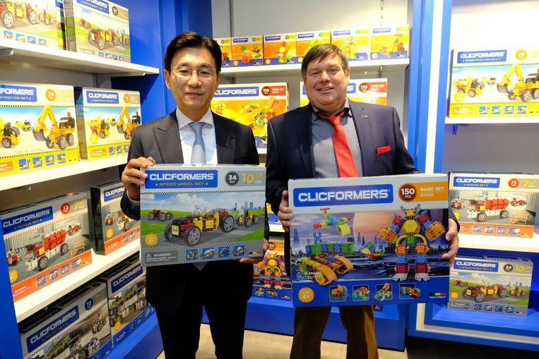 Hedwig Van Roy met zijn Koreaanse zakenpartner. Samen brengen ze de Clicformers op de markt.