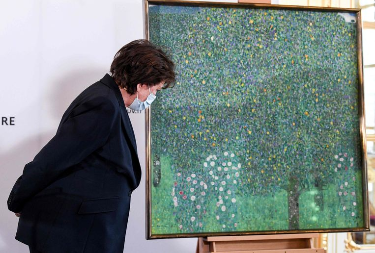 """Franse minister van Cultuur Roselyne Bachelot. """"Dit schilderij was getuige van de gebroken levens tijdens het Nazi-tijdperk."""" Beeld AFP"""