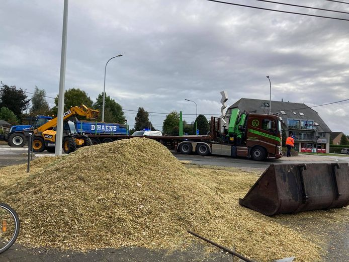 De rijbaan lag vol met maïs