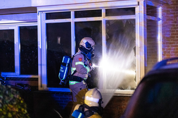 De brandweer trof onder meer een gesmolten waterkoker aan in de woning.