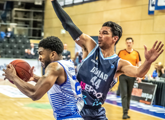 Kayel Locke in dienst van Landstede Basketbal.