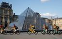 Geletruidrager Egan Bernal voor het Louvre, waar vorig jaar geen publiek welkom was.