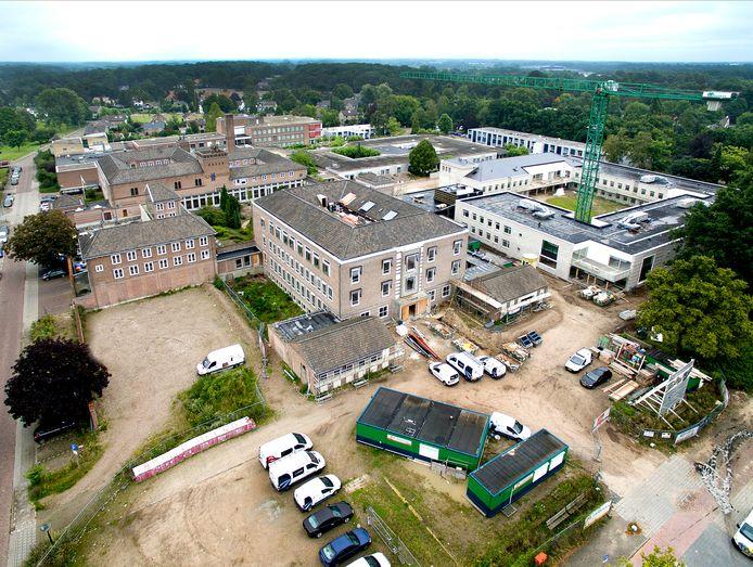 Het Sint Jozef in 2017, toen de woongroepen werden gebouwd achter het voormalig ziekenhuis in Deventer.
