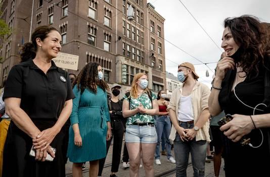Burgemeester Femke Halsema van Amsterdam in gesprek met demonstranten tijdens het protest op de Dam.