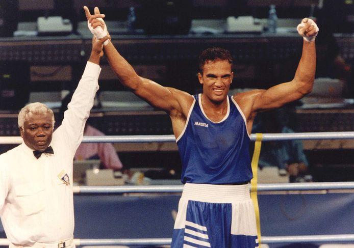 Bokser Arnold Vanderlyde na een overwinning tijdens de Olympische Spelen van 1992 in Barcelona.