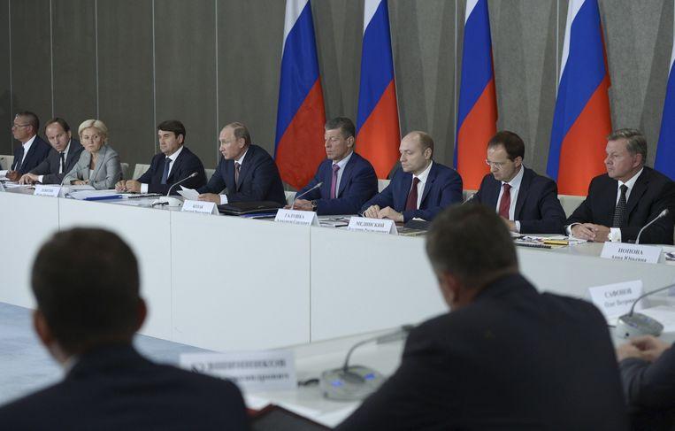 Poetin tijdens een ontmoeting met topbestuurders en adviseur in Jalta op de Krim. De Russische president brengt een driedaags bezoek aan de Krim. Beeld reuters