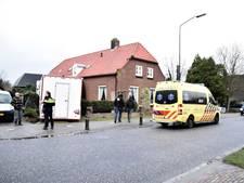 Kaashandelaar rijdt met wagen door hekwerk in Wijk en Aalburg