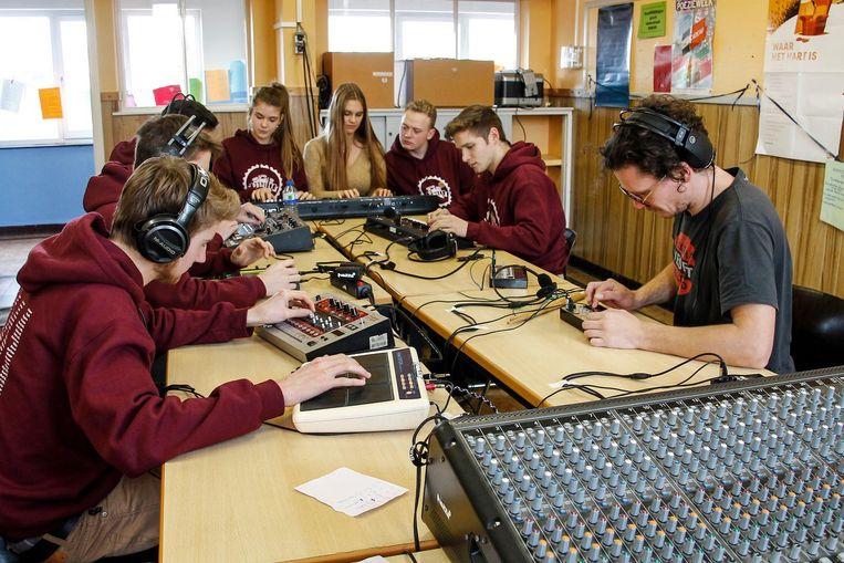 De leerlingen gingen aan de slag met heel wat kleurrijke draden en geluidsmixers.