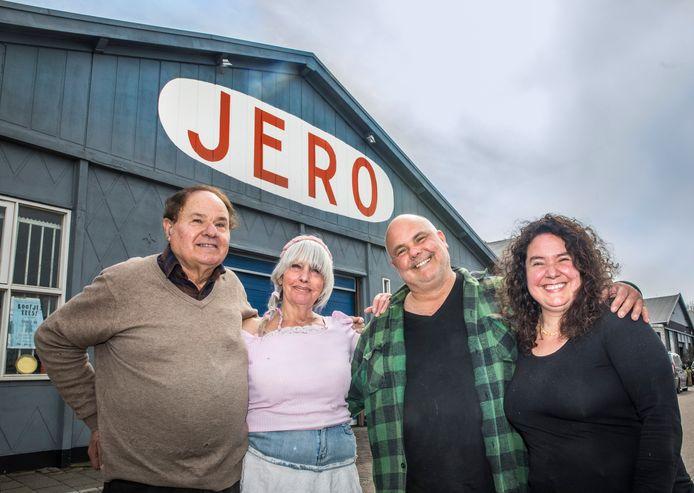 Familiebedrijf Jero papier op de Binckhorst. V.l.n.r. Vader Urbano Bruti, moeder Hendrika van Vianen Sandro en zijn zus Natascha.