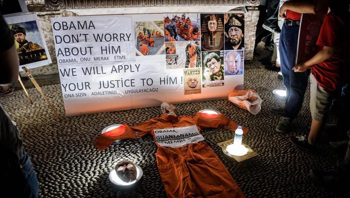Demonstranten in Istanbul hebben onder een foto van Fethullah Gülen een oranje Guantánamo-pak gelegd: 'Obama, maak je geen zorgen over hem. We zullen zorgen dat we jouw rechtsgevoel voor hem gebruiken.'