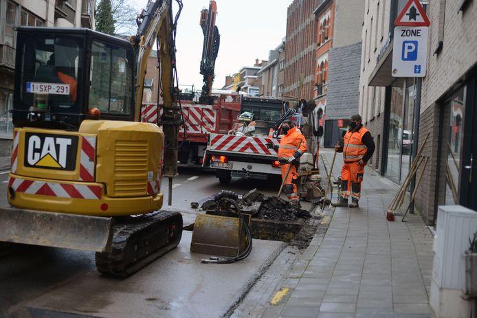 De Naamsestraat in Leuven werd recentelijk al eens afgesloten door een zinkgat. Nu krijgt het hele wegdek een nieuwe laag asfalt.