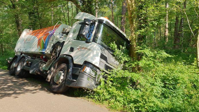 Een vuilniswagen is vrijdagochtend in Enschede van de weg geraakt en tegen een boom gebotst.
