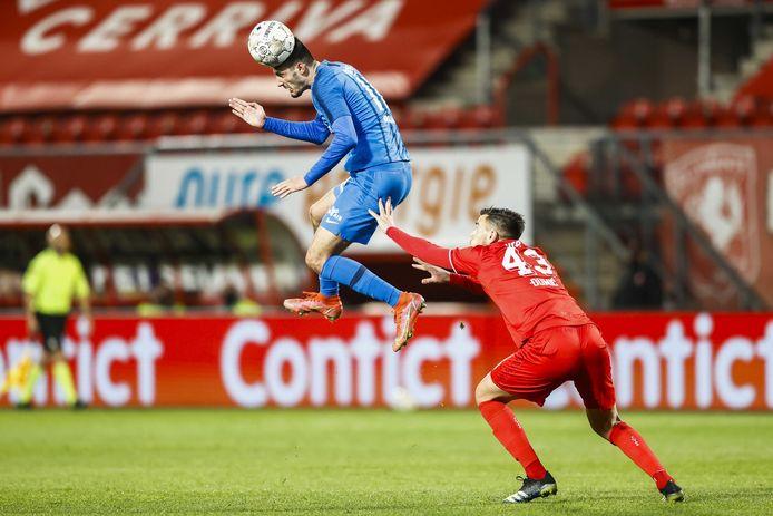 Vitesse steeg zaterdag hoog boven FC Twente uit, zoals hier in het duel tussen  Armando Broja en Dario Dumic.