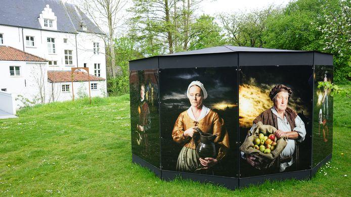 Op de Vijdkiosk in het park achter Hof ter Welle staan Beverse nakomelingen van Vijd afgebeeld in middeleeuwse outfit.