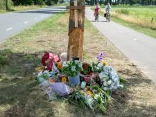 Bloemen, brieven en gedichten op plaats van fataal ongeval in Overloon