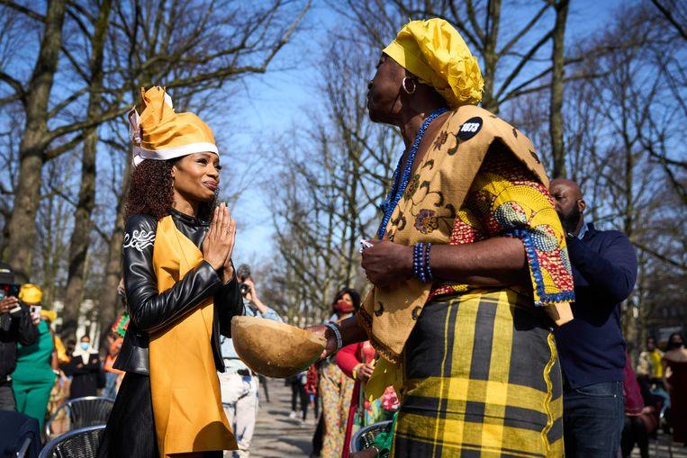 Sylvana Simons (l), de leider van BIJ1, was woensdag in Den Haag onderdeel van een traditionele Surinaamse ceremonie. Daarna werd ze beëdigd als lid van de Tweede Kamer. Beeld EPA