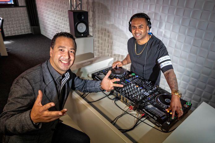 Amrish Raghosing (rechts) en Anthony Donner van de DJ School Alphen.