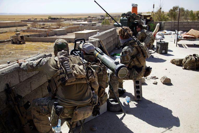 Belgische en Amerikaanse troepen op een dak in de buurt van Tal Afar, Irak. Beeld AP