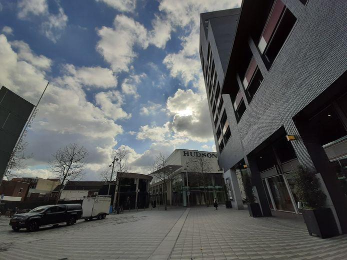 Vooral bewoners van de bestaande woontoren op het Pieter Vreedeplein (rechts) vrezen de komst van de nieuwe (links van de passage).