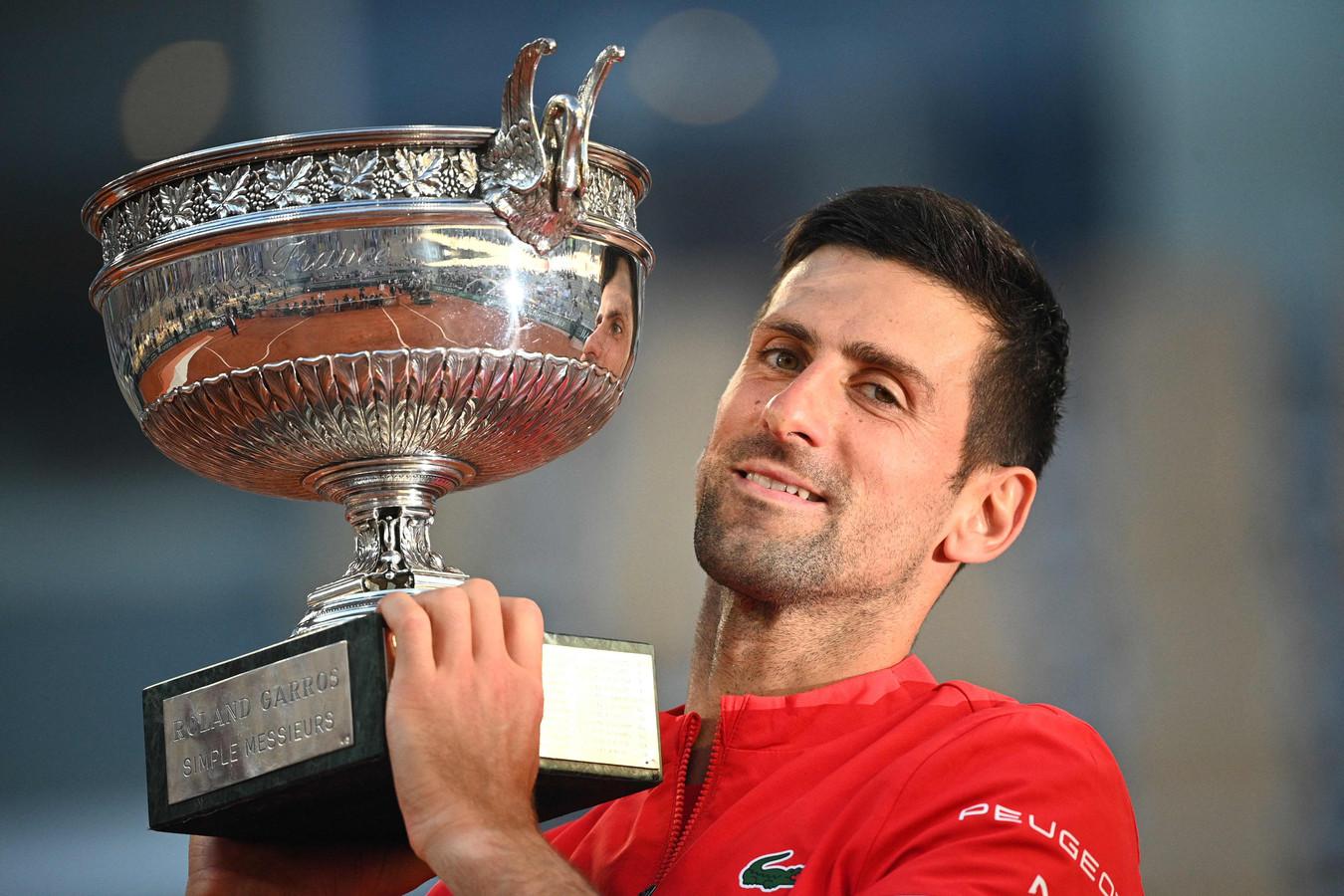 Novak Djokovic poseert met de Coupe des Mousquetaires.