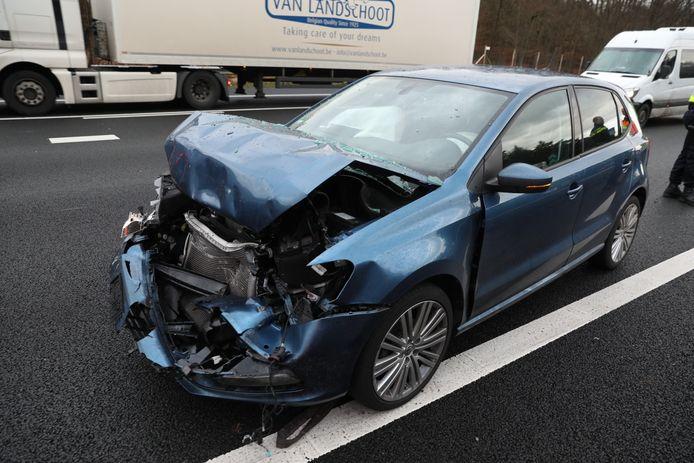 Een van de drie auto's die bij het ongeval betrokken waren.