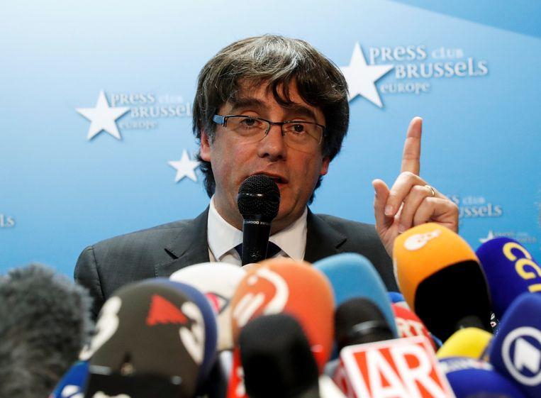 De door de Spaanse regering ontslagen Catalaanse regiopresident Carles Puigdemont spreekt op een persconferentie in de Press Club in Brussel. Beeld REUTERS