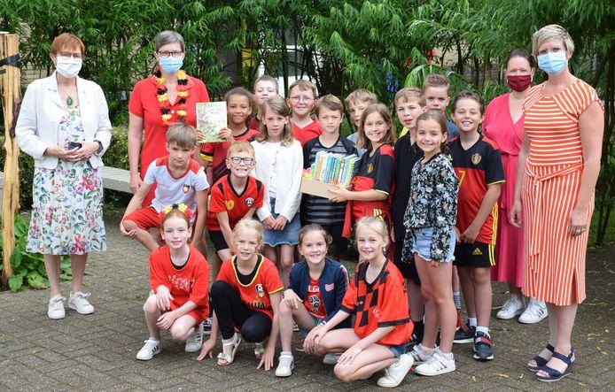 Derde leerjaar SFI wint Boekenbingo-hoofdprijs. Op de foto zien we Ann Leys (directrice SFI), Els Wemaere (juf SFI), de kinderen van 3C, Lieve Campforts (bibliotheek), Loes Vandromme (schepen Cultuur)