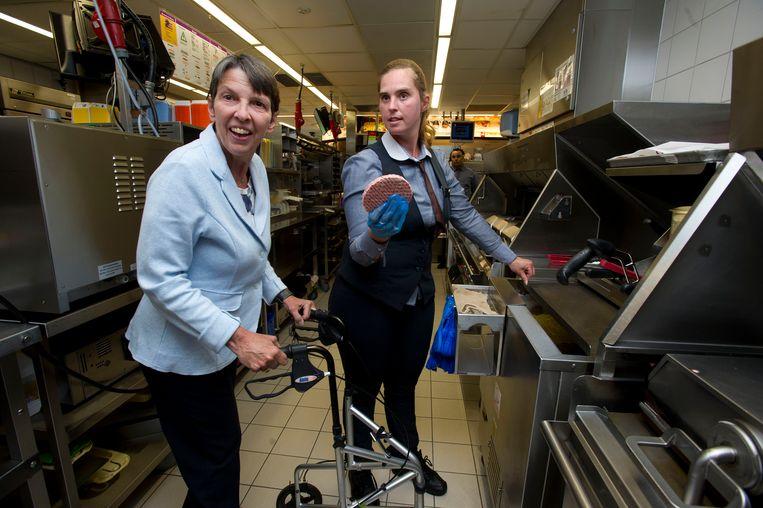 Toenmalig staatssecretaris van sociale zaken Jetta Klijnsma in 2014 bij een bezoek aan een McDonalds waar mensen met een arbeidsbeperking in de keuken werken.  Beeld ANP