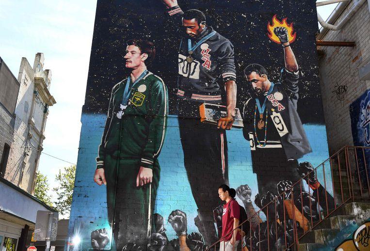 De kans dat er 53 jaar na Tommie Smith (m.) en John Carlos (r.) opnieuw politiek activisme te zien zal zijn op olympische podia is bijzonder groot. Ook al is het volgens de olympische regels verboden. Beeld AFP