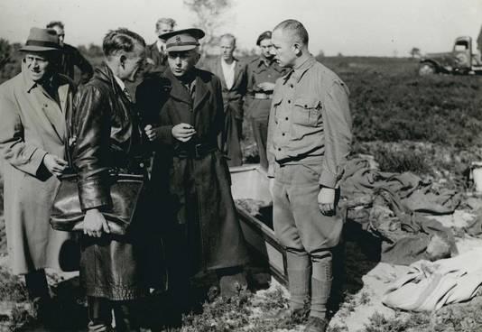 Kort na de oorlog: Karl Peter Berg (rechts), commandant van Kamp Amersfoort, bij één van de massagraven op de Leusderheide.