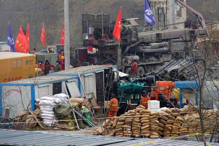 Hulpverleners hebben gisteren elf mijnwerkers in de Chinese provincie Shandong boven de grond gehaald, nadat die twee weken hadden vastgezeten. Beeld Reuters