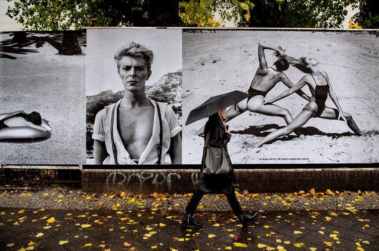 David Bowie steelt de show op de outdoor fototentoonstelling 'Helmut Newton One Hundred' in de Berlijnse wijk Mitte, dit jaar. 'Bowie was het beste wat  Berlijn kon overkomen.' Beeld EPA