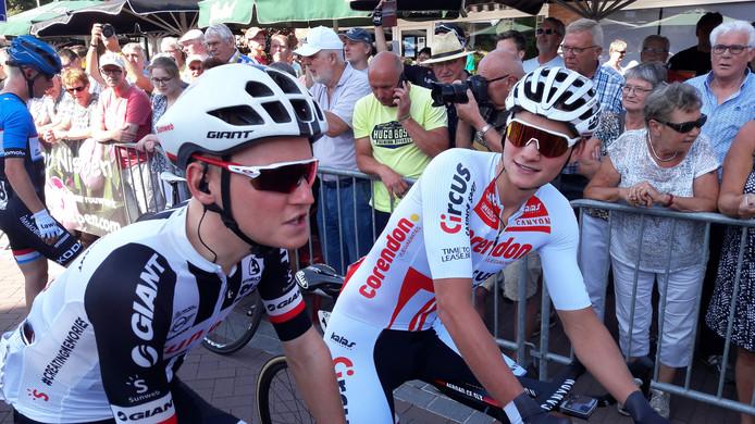 Mathieu van der Poel (rechts) in gesprek met Sam Oomen voor de start van het NK in Nispen